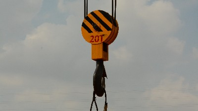 起重机吊钩上的卡扣是什么?——钢丝绳防脱装置(安全卡扣)